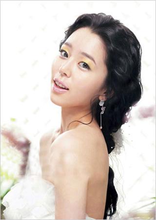冬季婚礼上的韩式新娘发型