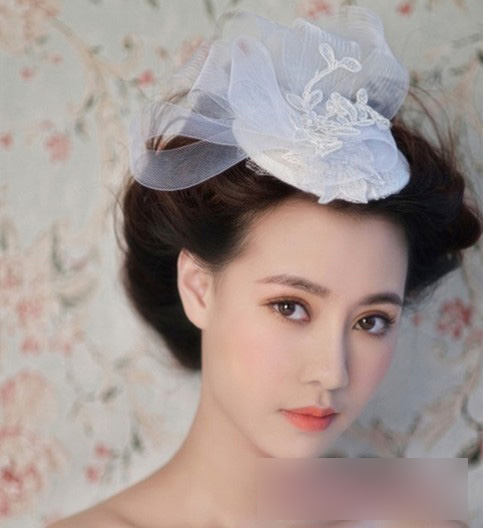 好美的新娘盘发发型,蓬松凌乱感头发凸显新娘最精美的妆容,