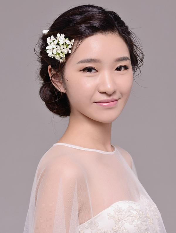 鲜花点缀新娘 绽放美丽新形象(3)_妆面赏析_影楼化妆图片