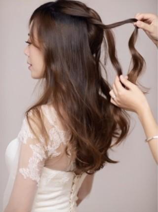 花环编发步骤图示 塑造美丽端庄新娘形象(2)