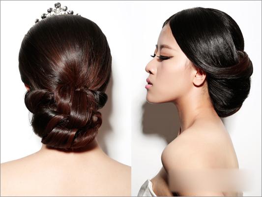 这样,一款简约而又精致的韩式新娘造型就完成了,简约的造型手法但却不失唯美典雅。主要将手打卷这个手法掌握即可,再者注意线条的合理运用、分布,同样的手法还可以做出不同的韩式造型哦,喜欢韩式新娘造型的造型师们,你们也可以亲自动手打造出更多唯美大气的新娘造型,让美丽的新娘们在婚礼中绽放动人魅力!
