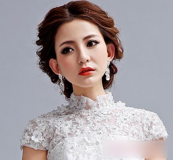 中分的刘海设计中凸显那迷人的妆容,整款韩式新娘发型看起来线条显著图片