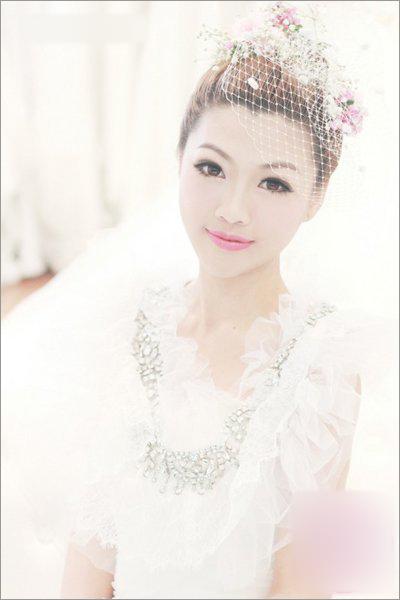 网纱搭配鲜花发饰,让新娘更有气场图片