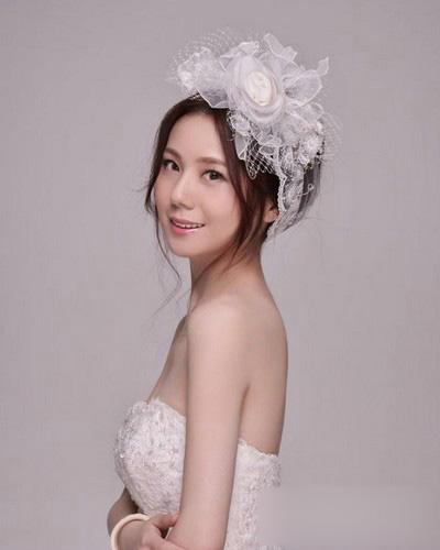 装饰一个精致的皇冠头饰,再搭配造型简单的头纱,一个典雅大气的新娘