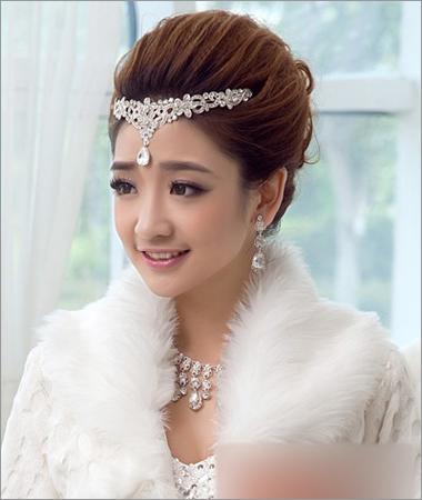 这款盘发新娘发型,将刘海发型及脑后的长发发型全部高高盘起形成蓬松