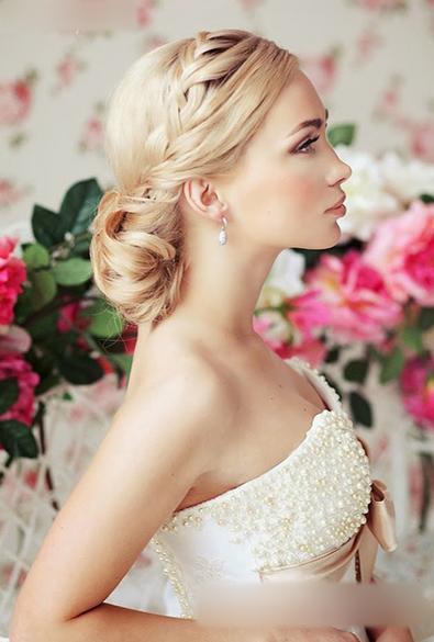 下面小编就为大家介绍多种漂亮的新娘发型,希望对准新娘子们有些借鉴