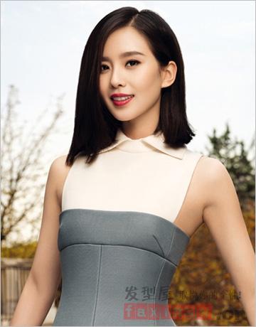 侧分发型修饰脸型,红唇穿搭修身裙装,时尚干练,齐肩长度的直发型