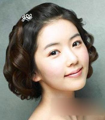 公主卷的新娘短发造型,俏皮的烫发,戴上白色花朵的发饰,既可爱又漂亮.