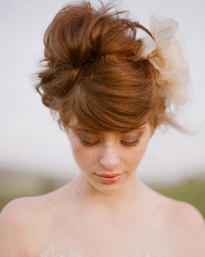 独特的刘海带来优雅而**的美感,香槟色的花饰点缀新娘发型更添异国