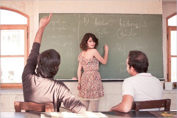 女教师与男学生教师�9��H:)�h�yg*9�yȰ_咖啡厅里的黑板,跟大伙说明以女教师为拍摄主题,两位男同学当学生