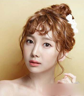 活泼动人,扎成赫本发型,增添了一抹俏皮的美感,让你做一个可爱又优雅