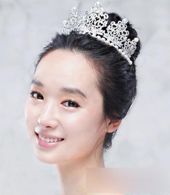 然后在额头戴上一个镶钻的皇冠,一款**的韩式新娘发型完成了.
