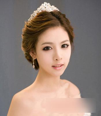 影楼化妆 妆面赏析 > 正文       这款韩式新娘发型,将刘海与两鬓的图片