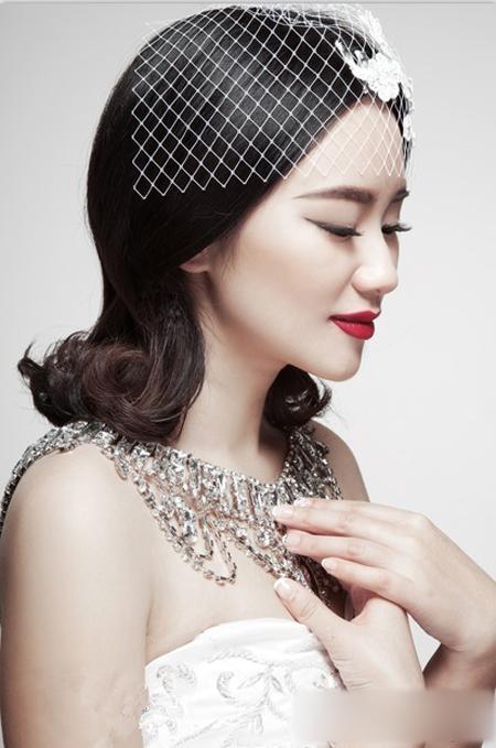 设计,让艳丽的红唇与发型相得益彰,精致完美.