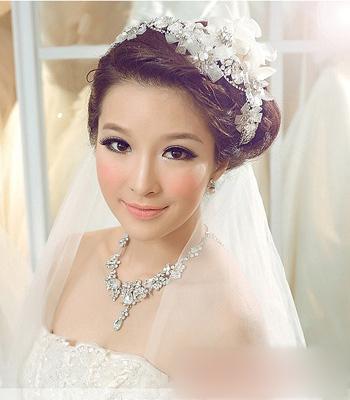这款韩式新娘发型,将刘海扎起,进行盘发,搭配珍珠点缀发饰,显得女生图片