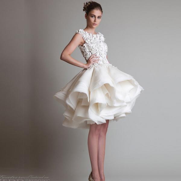 蓬松轻盈的蓬蓬裙新娘短款婚纱,让新娘宛如芭蕾舞者般优雅气质,但又不失一点俏皮与可爱,晚宴中,这袭短款婚纱一定会为新娘增色不少呢!