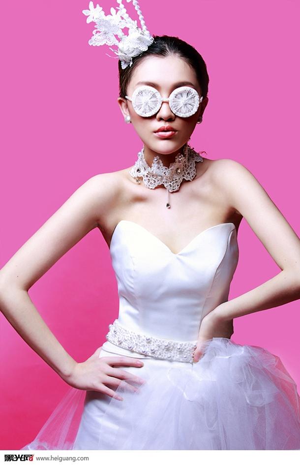 """AMei(郭红):被行业誉为化妆界服装搭配神奇魔术师。毕业于西安美院服装设计系,之后到韩国首尔大学进修服装课程,多年来致力于打造美的过程,高端精致的享受是她对于生活环境的一种追求,从生活中得来的设计灵感更让她坚信:艺术来源于生活又高于生活。接下来让我们一起见证这位美的使者不同的艺术人生。   国内知名的服装设计师兼造型师   先后获得亚太地区十大新锐实力派造型师及名师大讲堂的讲师、   毕业于西安美院服装设计系及毛戈平影视人物造型专业、先后去韩国法国进修服装色彩专业。   2013年创办"""""""