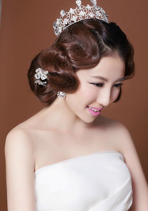 手推波纹式新娘发型 打造复古俏丽新娘