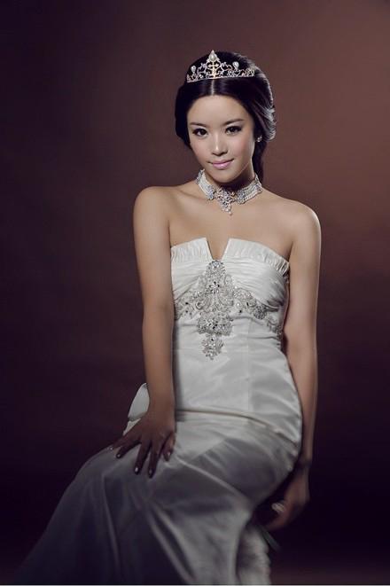 新娘婚纱照造型 举手投足间流露幸福图片