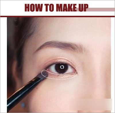 眼妆部分先用眼影刷蘸取带珠光浅棕色眼影晕染上眼皮