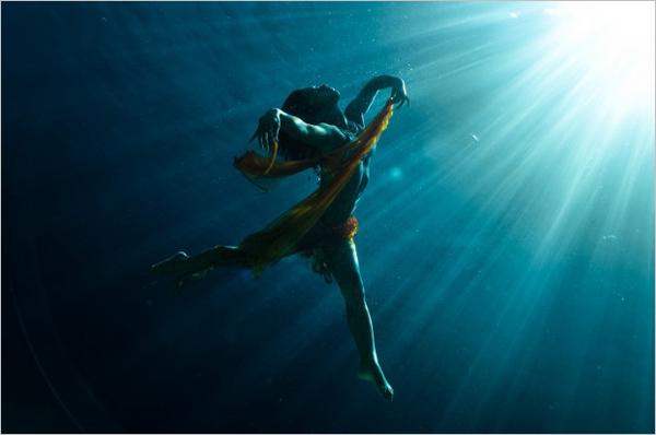 Kurt Arrigo的水下摄影作品提醒我们时刻记得我们生活在一个伟大的星球。我们时常站在海边眺望海的另一边,却忘了在这深不见底的大海中也是一个美丽的世界。阳光透过海面照射在珊瑚上,给黑暗的海洋世界带去一束光明,也为这个单调的世界着上了最绚丽的色彩。优雅的舞者,骏马,壮观的鱼群,摄影师Kurt用这样的影像来表现他对大海的热爱与崇敬。在这个充满幻象的世界中,一切不再受重力控制,画面如同禁止了一般。Kurt的照片让人看到了也许我们本没有机会看到的世界另一角落。
