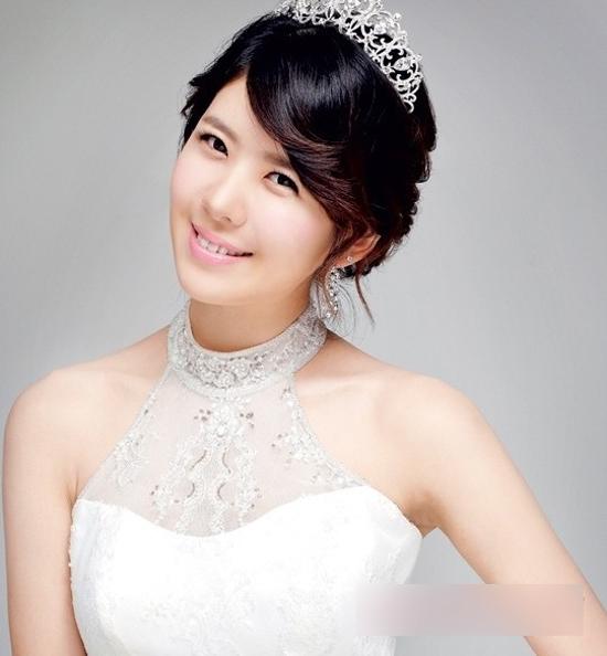 韩式温婉**新娘盘发   极具简约风的韩式新娘盘发发型,中分梳图片