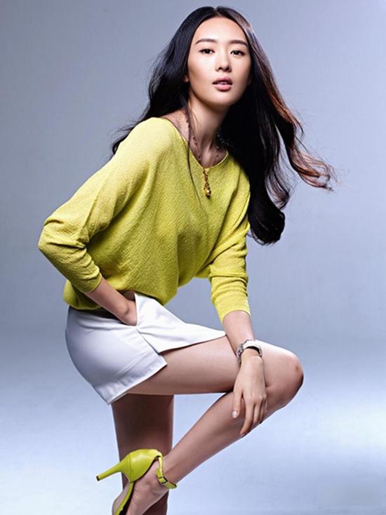 童瑶登杂志封面 演绎都市女性的早春时尚
