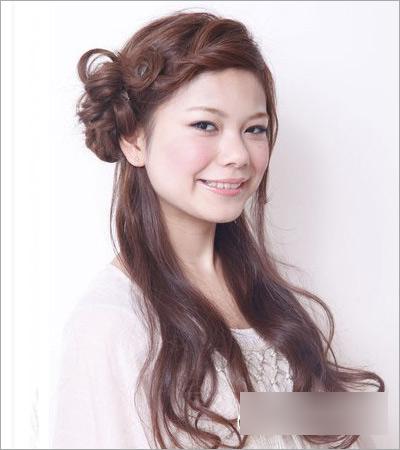 斜刘海起到很好修饰脸型的作用,而这款韩式的新娘发型,让人看