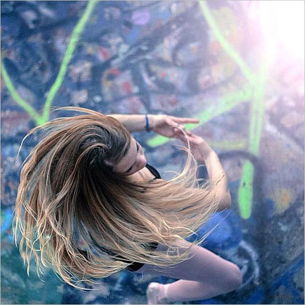 春季唯美人像摄影 多风天气让模特发丝飞舞