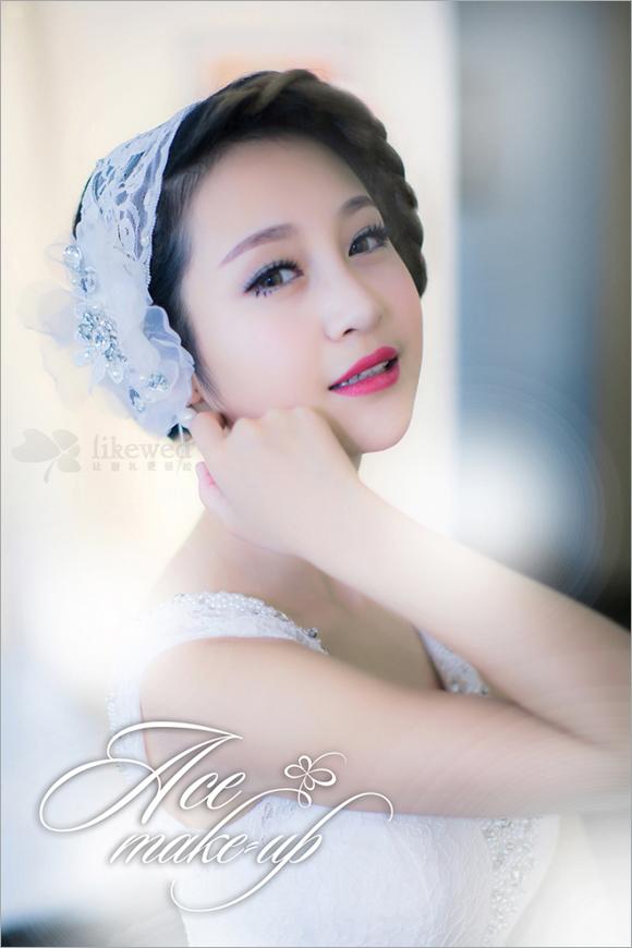 春天到来,将精致的新娘编发和蕾丝的浪漫感融合到新娘妆容当中,打破传统一层不变的新娘造型。手工蕾丝绢花、闪亮施华洛世奇水钻,俏皮手工制作缎纱,与新娘唯美婚纱礼服巧妙结合起来,让春日里的新娘更加美艳动人。