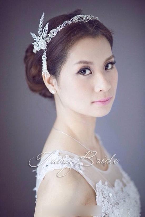 在结婚当天,新娘做为婚礼上的女主角,永远是众人的焦点。除了美丽的婚纱和出众的新娘造型外,还有那美丽而独特的新娘头饰,在自然中突显了新娘独特的美。各式各样的新娘发饰,在婚礼上绽放的优雅的美感,下面看看由小编为你精心挑选的唯美新娘头饰吧。