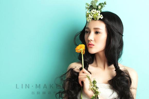新娘发型也决定了新娘适合佩戴怎样的鲜花造型