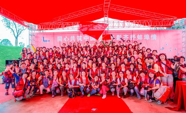 """下基层""""摄影采风大旗交到了蚌埠市副市长程双林手中,""""送文化."""