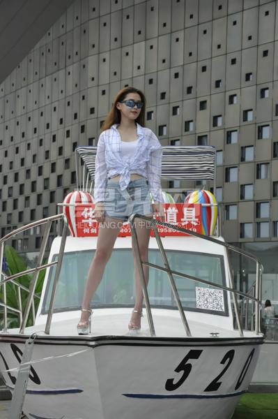 游艇加美女这一 高富帅的组合很是引人注目