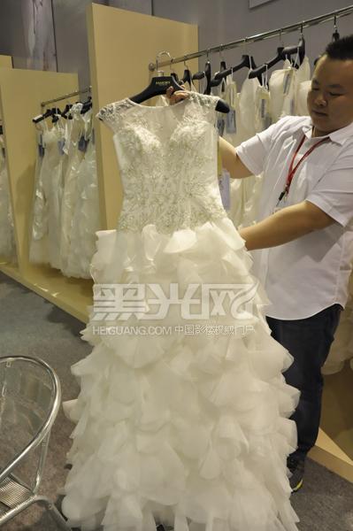 陆先生展示名瑞纯手工高端婚纱