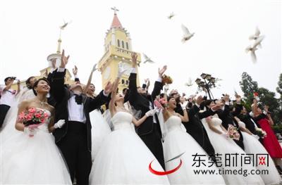 凤岗举办的集体婚礼现场,新人们