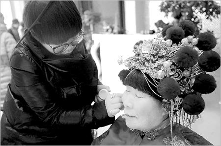 化妆师正在给一位环卫工人化妆