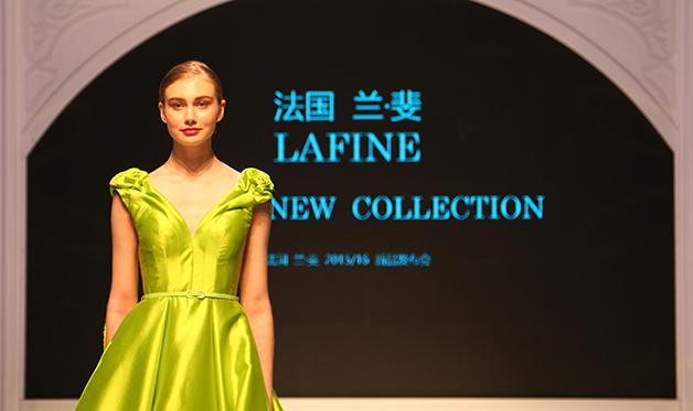 兰·斐亮相上海展会婚纱发布秀