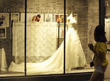 [现场]婚纱礼服:在颜色和细节上调整 适应多样化需求