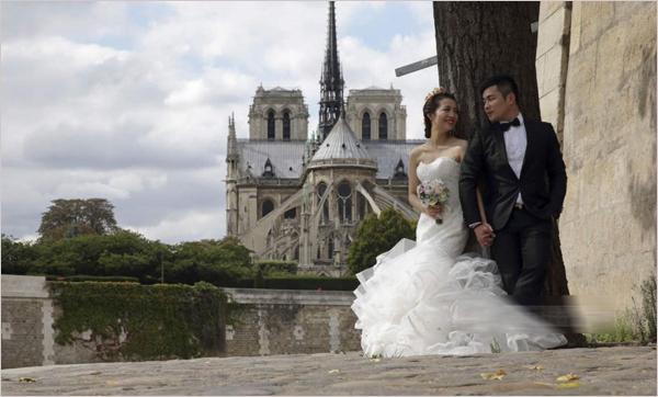拍婚纱照的中国夫妇在埃菲尔铁塔