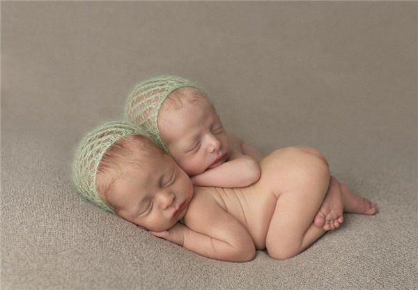 摄影师拍双胞胎新生儿熟睡照 萌翻众人