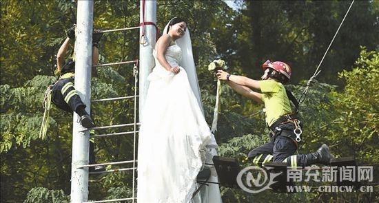 她的婚纱是拖地长裙, 安全绳怎么系成了难题——&mdash