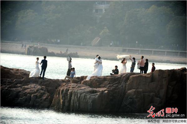 新人在青岛海滩拍摄婚纱照