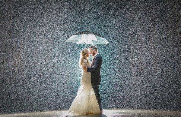 摄影师分享雨中婚礼照 唯美别样浪漫