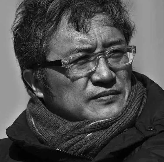 """他就是逄小威,中国著名摄影家,1956年生于北京。   摄影理念——朴素、大气、有力量   他的摄影理念是完美的技术加真实的呈现。摄影师要站在自己作品的后面,突出被摄物。他一直认为,在大自然面前我们都是渺小的,大自然本身太美了,不去卖弄自己的摄影技巧,忠实地去记录,重要的是表现要有力量,眼光要敏锐,发现要有特点,摄影师本人并不重要。他长期受日本审美的影响,喜欢自然、朴素、简洁、大气的东西,不管做演员,还是人物摄影,矫揉造作是他最大的敌人。   """"杉本博司是我非常喜"""