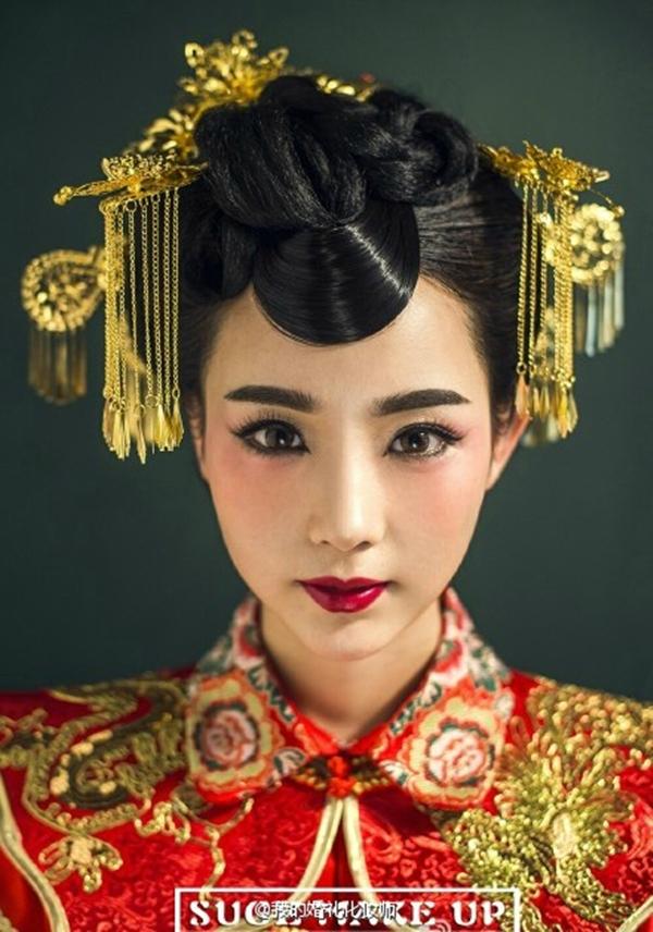 精致的妆容,细腻的中式盘发,穿戴金银线龙凤褂,美的不动声色。秀美的中式新娘造型,出落的端庄雅致,充满情韵。