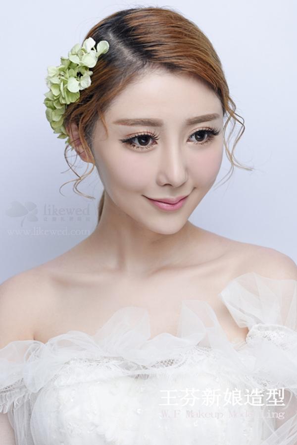 韩式新娘发型,简结的盘发发量感十足,搭配花饰点缀,浪漫妩媚。瞬间让自己变成小公主哦!想让自己的婚礼造型更加仙气脱俗----那么这组仙女范儿的韩式新娘发型一定不要错过!