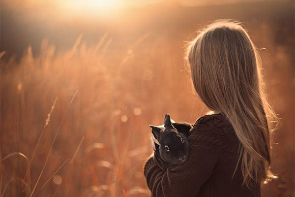 自从进入盛夏时节以来,笔者各种摄影群中的人像外拍活动明显的减少了。原因也很好理解,烈日当空,不仅对摄影师的体能是一种考验,对模特更是一种酷刑。所以仅存的几个人像爱好者聚会群组织的活动一般也都是在夕阳西下时号召大家一起去拍夕阳逆光人像。笔者受此启发,本次想跟大家念叨念叨拍摄夕阳逆光人像有什么技巧。 特别提示:本文中所有图片均来源于网络。