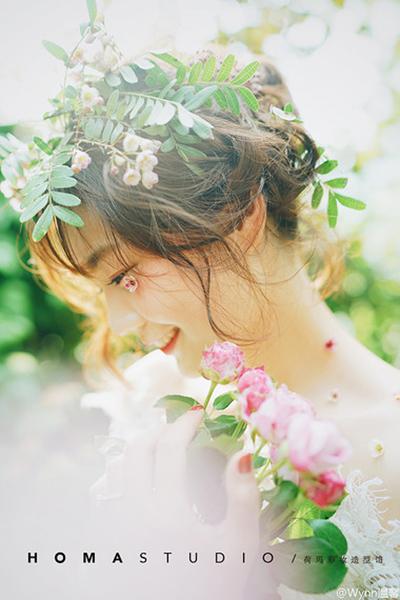 阳光下的鲜花少女