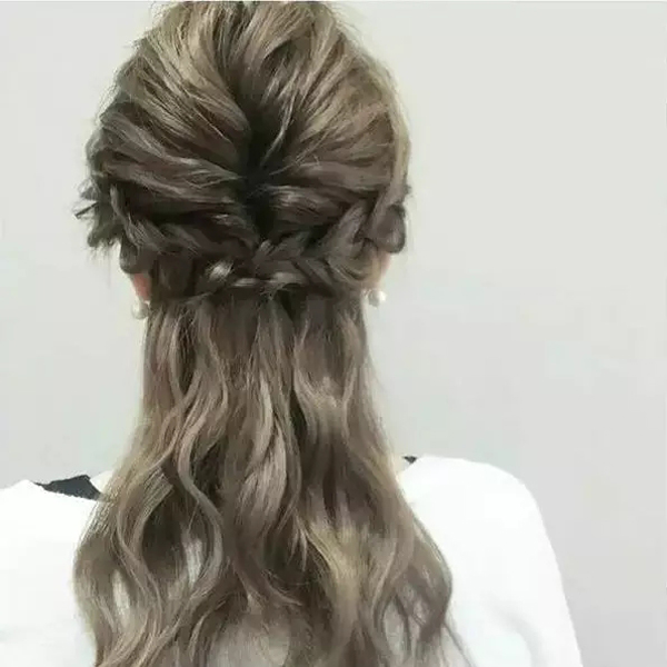在耳朵两侧分别编一股麻花辫;然后把头发上部编成简单的鱼尾编